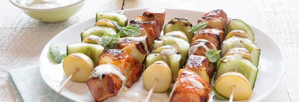 Brochette de porc et brochettes de légumes