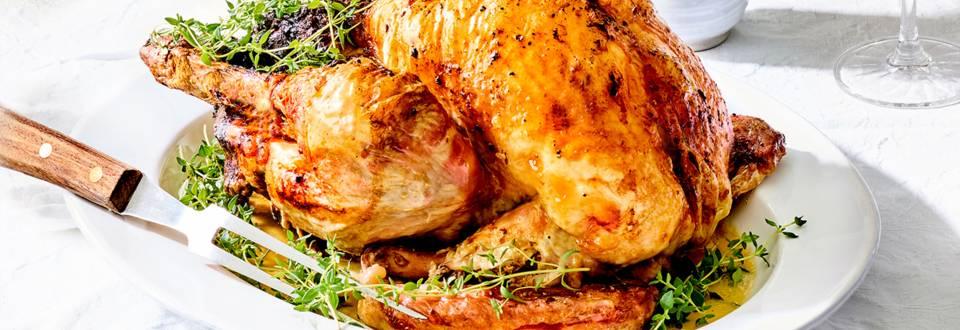 Dinde farcie aux châtaignes, légumes d'hiver et pommes cuites aux airelles