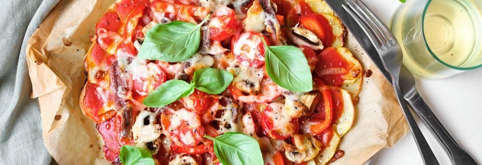 Pizza de pommes de terre avec anchois, poivrons et champignons