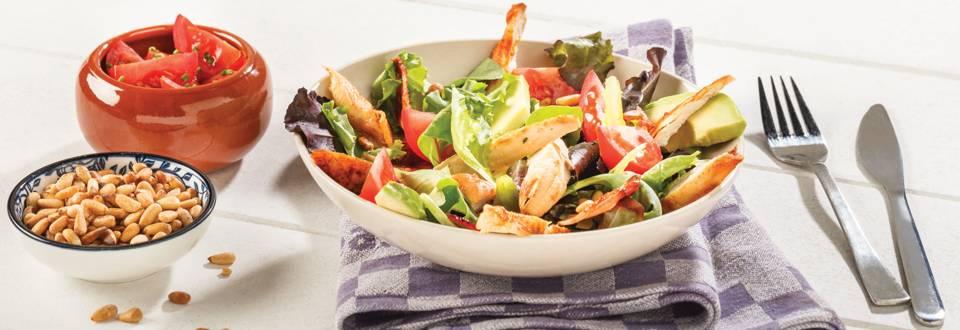 Salade estivale de poulet, lard et avocat