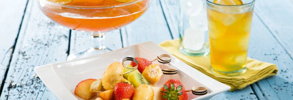 Ice-tea maison avec brochette de fruits