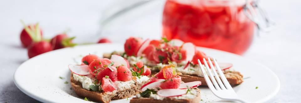 Sandwich au fromage frais et radis saumurés