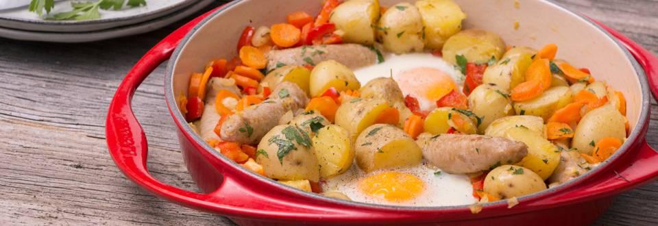 Cassolette de chipolata, pomme de terre et œuf au plat