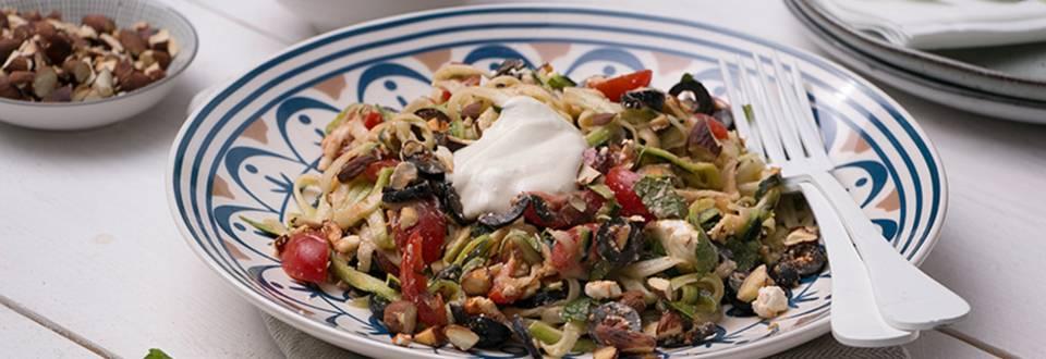 'Courgettis' sauce yaourt et houmous, olives, feta et tomates cerises
