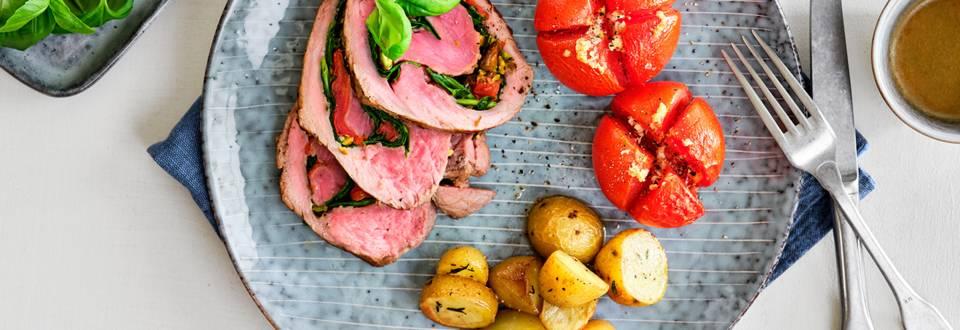 Roulé de rosbif avec tomates à l'ail et grenailles au four