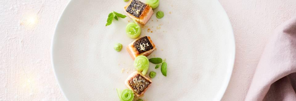 Dès de saumon avec pommade de petits pois