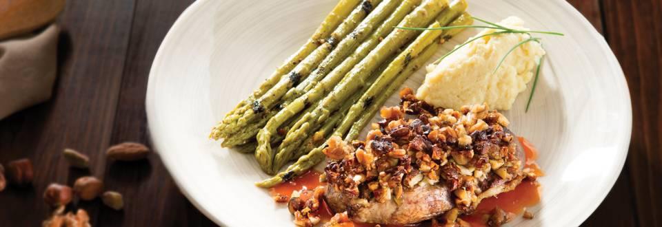 Magret de canard laqué, croûte de noix et asperges vertes