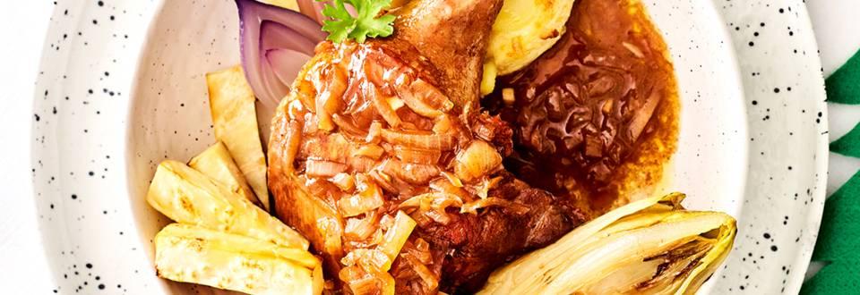Canard au vin, oignon rouge au four et frites de panais