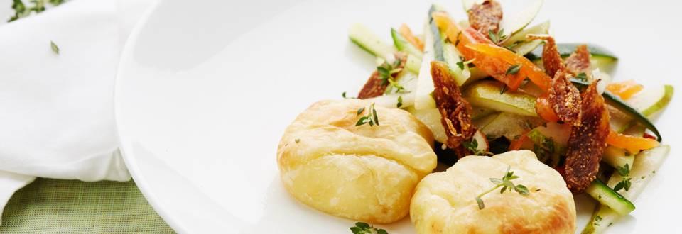 Salade au fromage de chèvre et petit pain de fruits secs