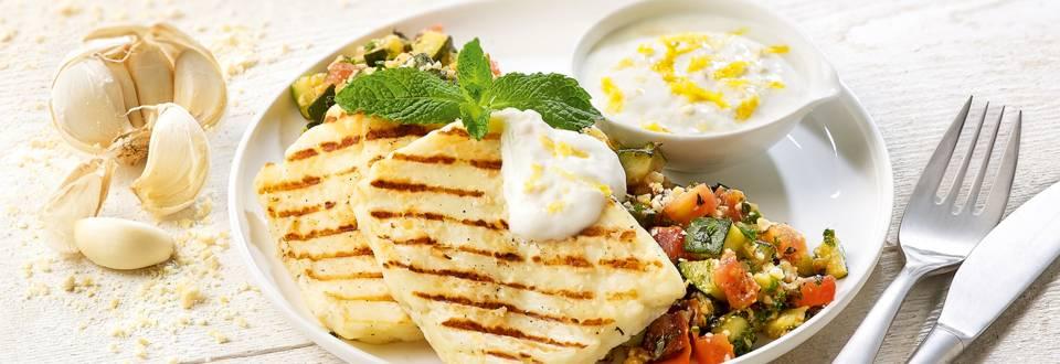 Halloumi avec une salade de courgette et de tomate