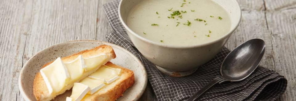 Soupe de céleri-rave et toast au camembert
