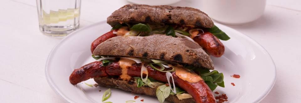 Hot dog de luxe et mayonnaise au poivron
