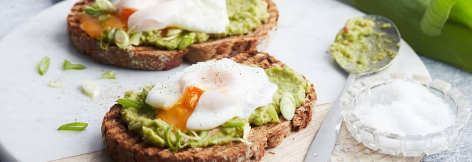 Toast à l'œuf poché et mousse d'avocat