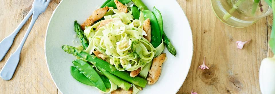 Salade de pâtes au poulet, asperges vertes, mange-tout et pesto persil-roquette