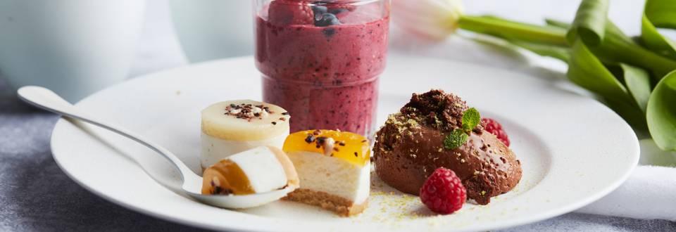 Assiette de desserts: bavarois, mousse au chocolat et fruits rouges