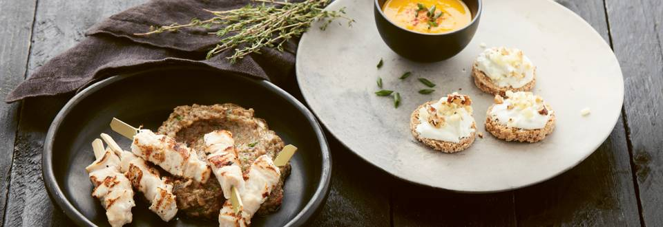 Amuse-bouches rapides: toast aux pommes, soupe aux carottes et brochettes de poulet