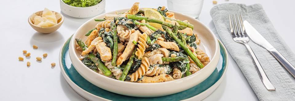 Pâtes à la ricotta, au poulet, aux épinards et aux asperges vertes
