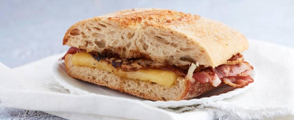 Panini cheddar, lard croustillant et œuf