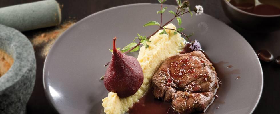 Steak de marcassin, purée de céleri-rave et poires caramélisées au vin blanc