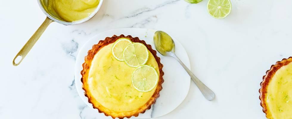Tartelettes fromage-citron vert, croûte de noix & dattes et lime curd