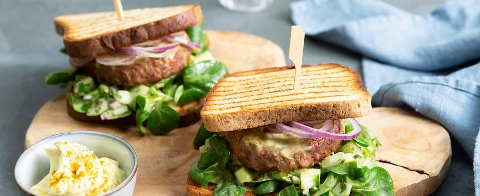 Burger végane à la salade de blé et salsa de concombre